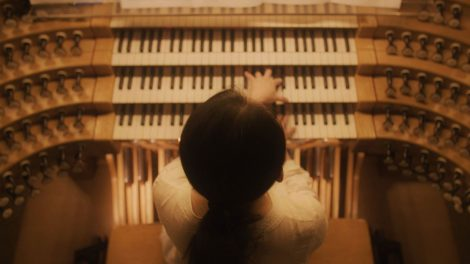A view from above of Yuan Shen playing the organ in Berlin.