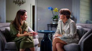 Jennifer Garner speaking with Kelly Corrigan