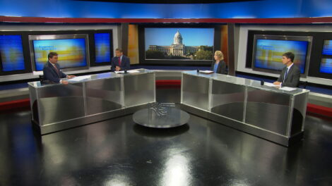 Bill Bryant interviews journalists on the set of Comment on Kentucky.