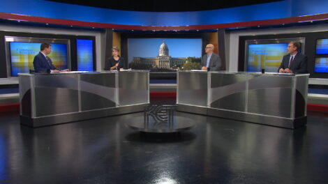 Bill Bryant and journalists discuss the news on the set of Comment on Kentucky.